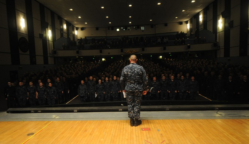Command Master Chief Glen A. Kline recites the Sailors Creed with more than 1,000 students at the Basic Enlisted Submarine School at Naval Submarine Base New London, Conn.