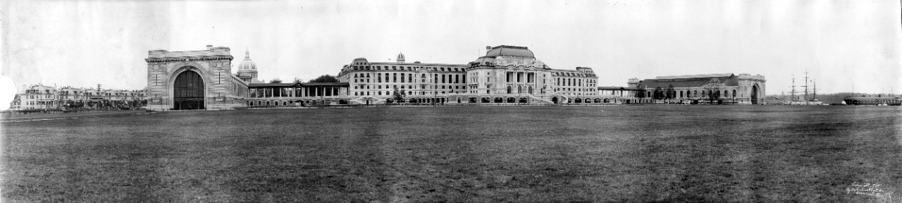 Panorama of the U.S. Naval Academy in 1909, from the Officers' Quarters at left to the waterfront at right; Bancroft Hall is in the center.