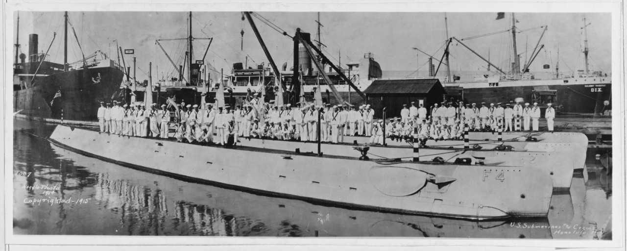 Photo #: NH 63259  Submarines and their crews at Honolulu, Hawaii, in 1914