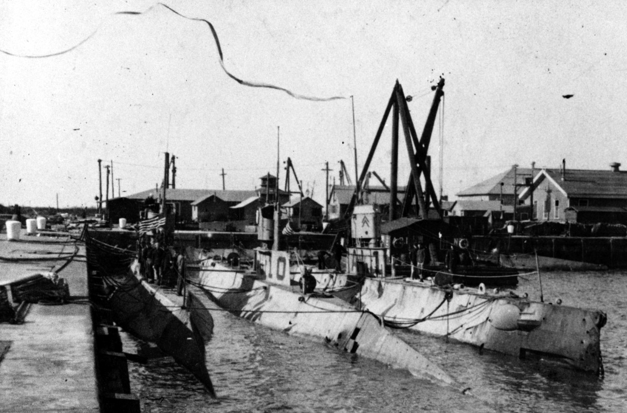 L-4, L-10, and L-1 (left to right), Philadelphia Navy Yard, soon after their 1 February 1919 return from European waters. Note what appears to be a very long homeward bound pennant streaming from L-1's periscope. (Naval History and Heritage Command Photograph NH 51158)