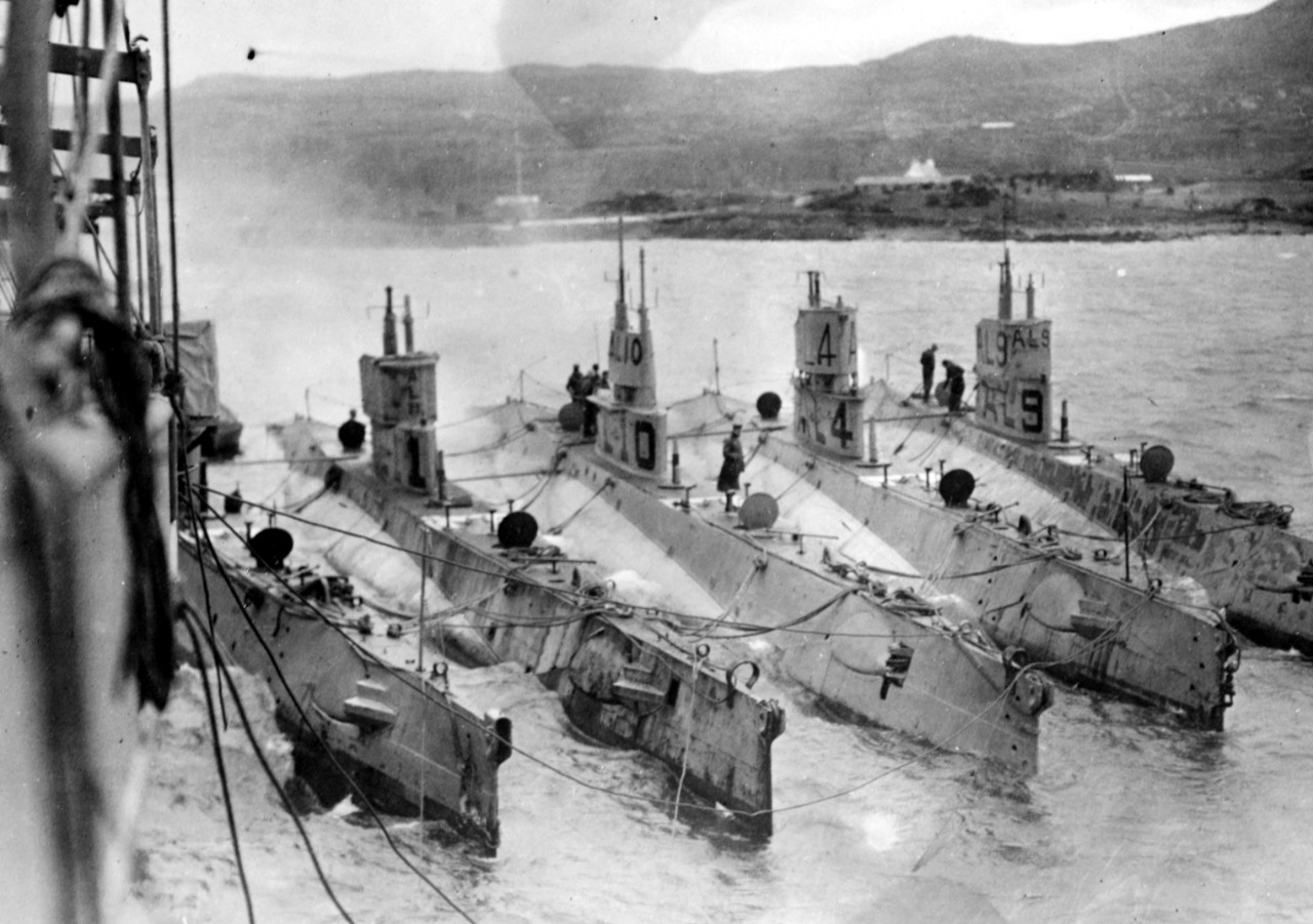 AL-type submarines alongside what is probably Bushnell (Submarine Tender No. 2) at what is most likely Berehaven, Ireland. Submarines are (from left to right): L-3; L-11; L-10; L-4; and L-9. Note the differing forms of chariot bridges on these submarines; white aerial recognition markings on their foredecks; and 3-inch/23 guns retracted just forward of the fairwaters. (Naval History and Heritage Command Photograph NH 51171)