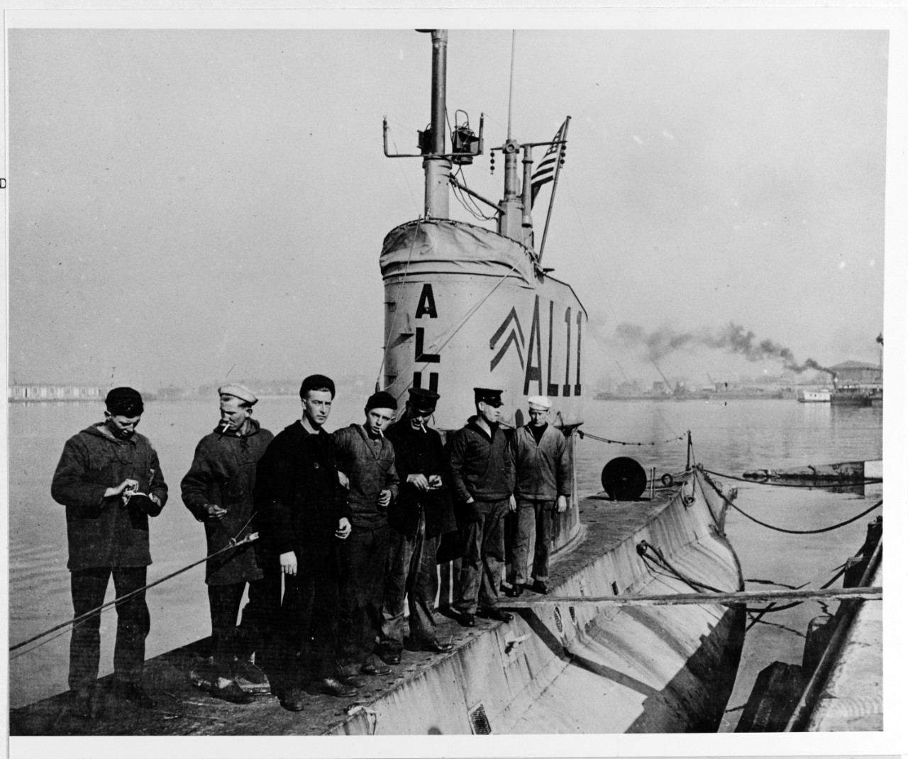 L-11 crew on deck at Philadelphia Navy Yard in 1919. (Naval History and Heritage Command NH 51177)