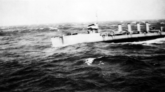 McCall approaches Maumee (Fuel Ship No. 14) to refuel in an Atlantic gale, 22 September 1917. (Naval History and Heritage Command Photograph NH 93096).