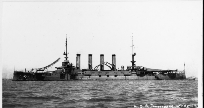 Tennessee rides at anchor in 1909, soon after the adoption of all-gray paint for U.S. Navy ships. Note that the ship retains her bow ornament. (U.S. Navy Photograph NH 86813, Donation of destroyer Parsons (DD-949), Photographic Section, Naval History and Heritage Command)