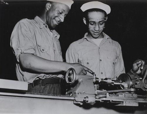 """Machinist mates school, Great Lakes, Illinois: cutting a pipe thread on a 9-inch lathe."""